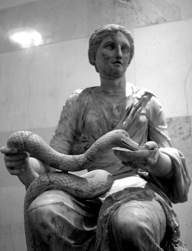 Thần Hygeia cầm một cái chén y khoa có một con rắn cuốn quanh tay